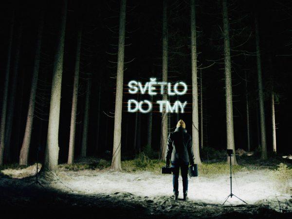 """Michal Hrůza je narušiteľ systému, ticha i tmy. Jeho svetlo žiari z neónu v novom videoklipe """"Světlo do tmy""""."""