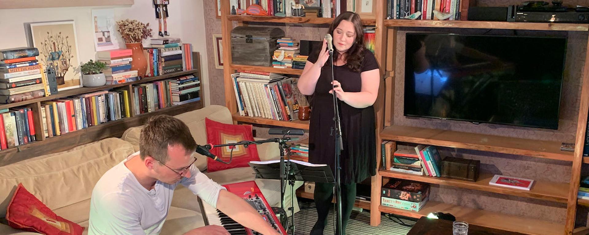 Katarína Koščová pozýva na koncert  do svojej obývačky.